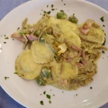 Ravioli con carciofi, crema di fave e pancetta