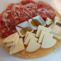Tagliere di salumi misti e formaggi