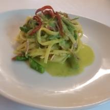 Tagliolini asparagi selvatici, speck e crema al blu di bufala